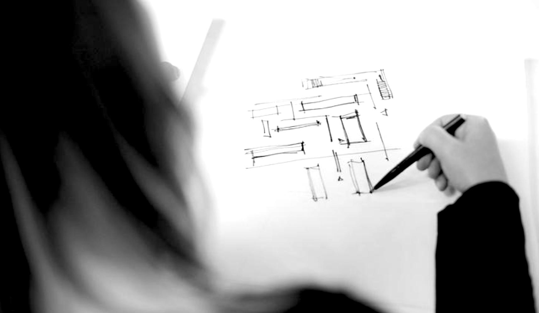 Eine Frau macht eine Architekturzeichnung